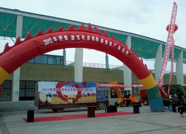 本次展会上,云集各大生产厂家产品,而上海纽荷兰拖拉机以高清图片